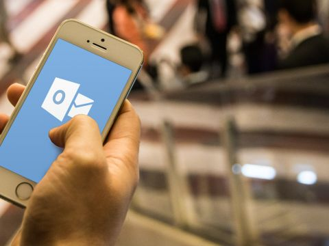 Smartphone mit Outlook App